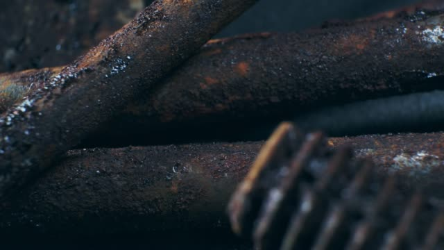黒の背景に錆びた作業ツールのクローズアップビュー。 - 錆びている点の映像素材/bロール