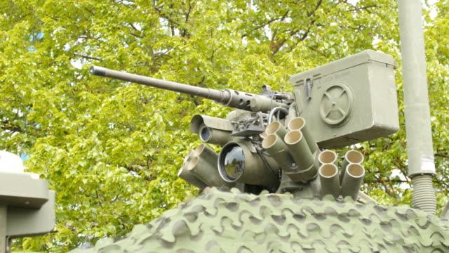 vídeos y material grabado en eventos de stock de cerrar vista de la torreta, armamento y armas - brigada