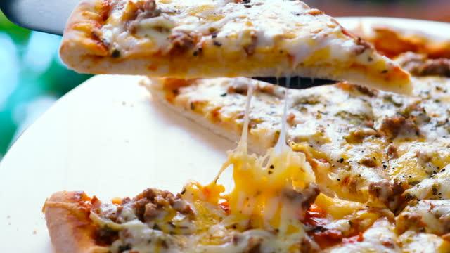 stockvideo's en b-roll-footage met sluit omhoog meningspersoon die de pizzaplak van carbonara neemt - dikke pizza close up