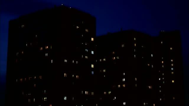 vídeos de stock e filmes b-roll de close up view to windows in apartment buildings at night, - obras em casa janelas