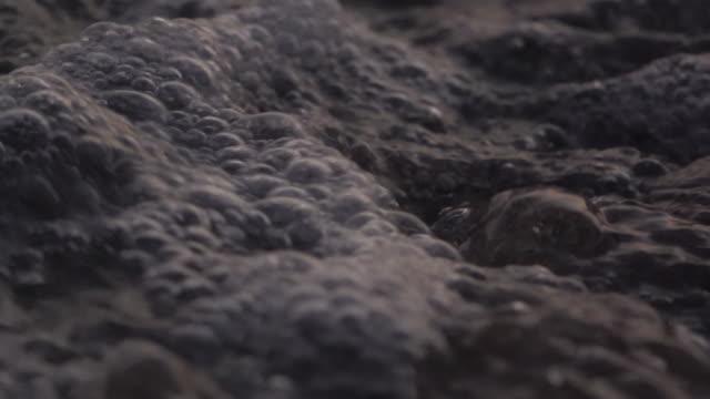 vidéos et rushes de gros plan vague sur la plage super slow motion - eau vive