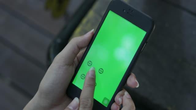 4k: närbild kvinna hand använda smartphone grön skärm - telefonmeddelande bildbanksvideor och videomaterial från bakom kulisserna