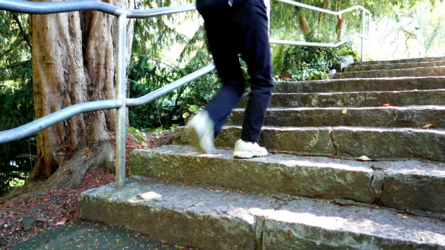 Frau jogging Treppen im Queen Elizabeth Park hautnah – Video