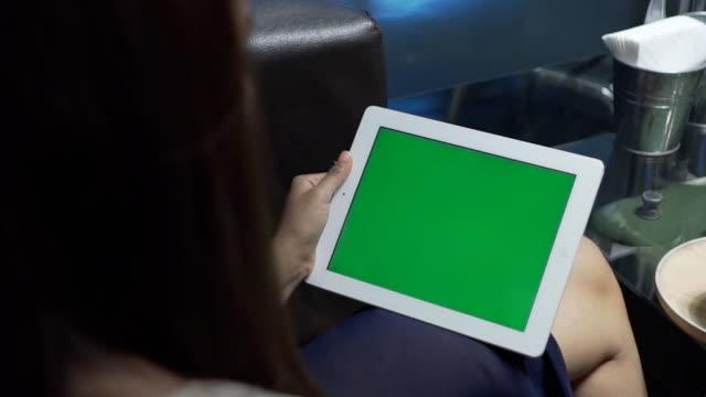 Close-Up mulher segurando em branco Tablet PC com Verde - vídeo