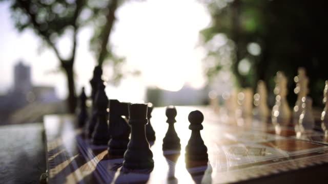 närbild av trä schackpjäser ombord, dolly skott, närbild - häst tävling bildbanksvideor och videomaterial från bakom kulisserna