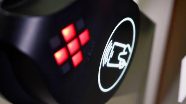 vídeos de stock, filmes e b-roll de ver a mão fecha chave sem contato para painel tourniquet - acessibilidade