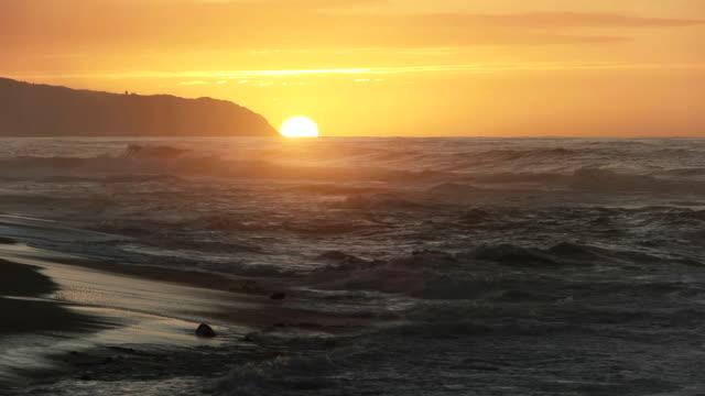 ハワイのカエナ岬で夕日のビューを閉じる - ハワイ点の映像素材/bロール