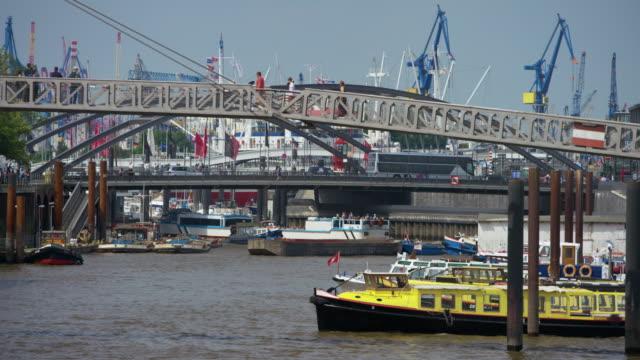stäng visa den vackraste kanalen i hamburger hafen - turistbåt bildbanksvideor och videomaterial från bakom kulisserna
