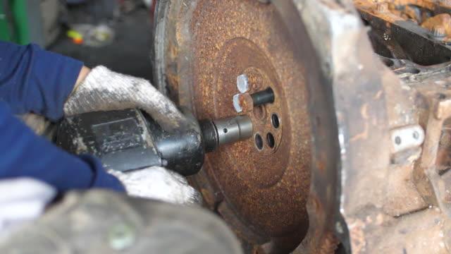 arbeiter mit luft-schlagschrauber zum eindrehen der schrauben in der nähe - steckschlüssel stock-videos und b-roll-filmmaterial