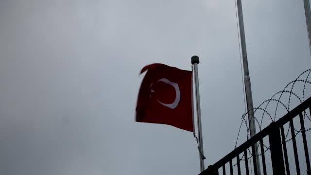 eine geschlossene luft und die türkische flagge weht - zentralanatolien stock-videos und b-roll-filmmaterial