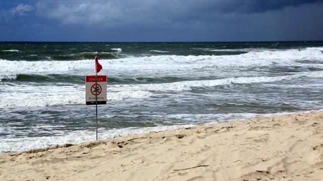 Fermé de plage sur une plage de dangereux d'Australie - Vidéo
