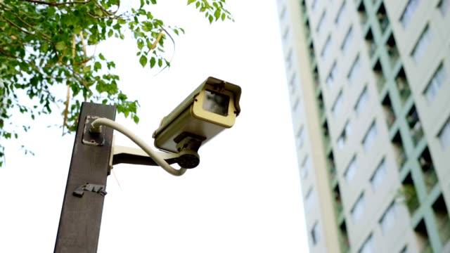 geschlossene schaltkamera mit gebäude. - überwachungskamera stock-videos und b-roll-filmmaterial