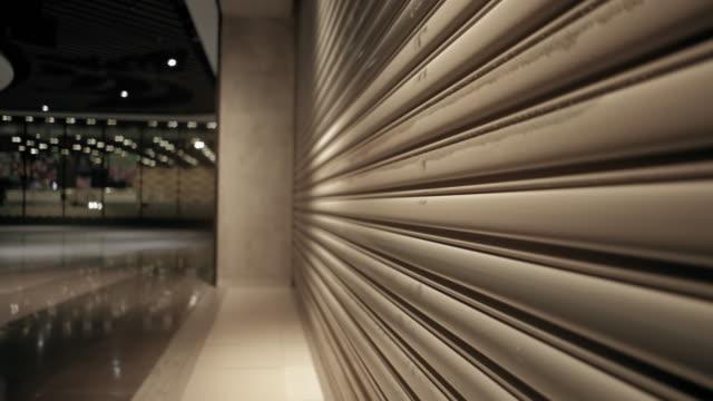 closed shop in shopping mall under coronavirus outbreak - prodotti supermercato video stock e b–roll