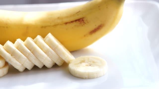 バナナのスライスは回転引けた: 4 k - バナナ点の映像素材/bロール