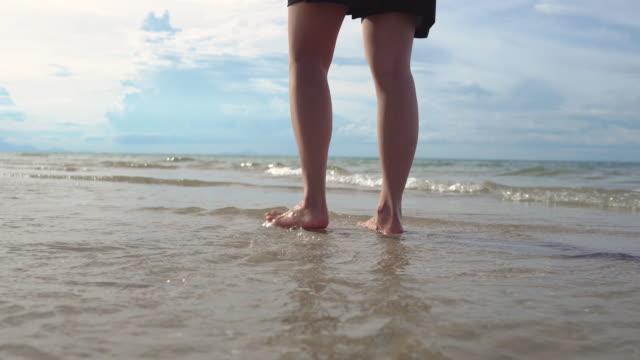 geschlossene meerwasserwelle am strand beruhigende entspannen 4k video. - indochina stock-videos und b-roll-filmmaterial