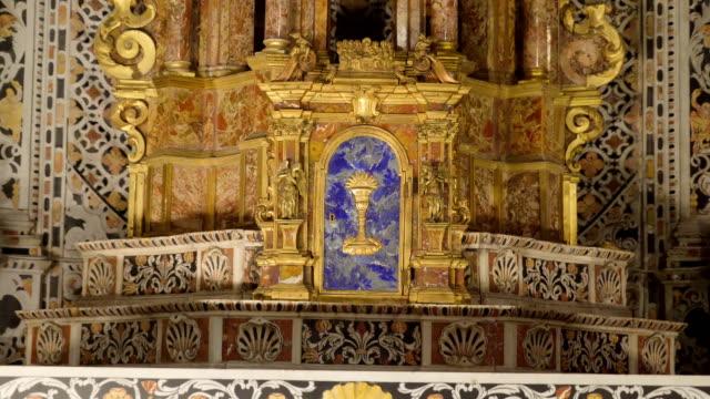 シチリア島パレルモの大聖堂の祭壇の吟味 - モンレアーレ点の映像素材/bロール
