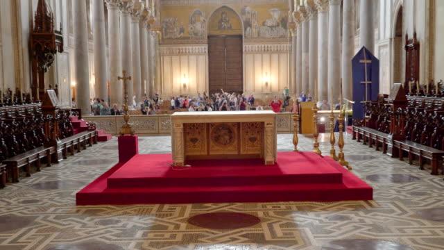 シチリア島パレルモの大聖堂の内部の祭壇のテーブル見て - モンレアーレ点の映像素材/bロール