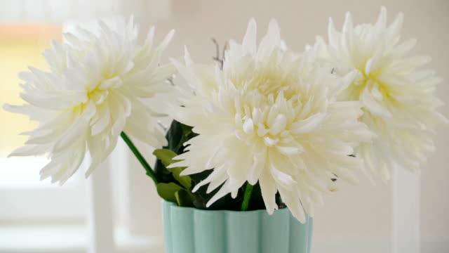 vídeos de stock, filmes e b-roll de um olhar mais atento das belas flores no vaso brancos - enfeitado