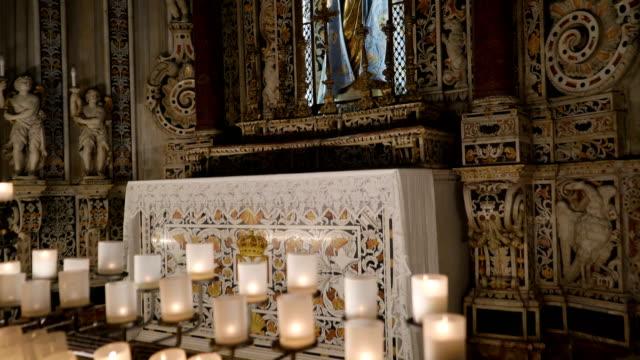 シチリア島パレルモの大聖堂は母と子の大きな像の吟味 - モンレアーレ点の映像素材/bロール