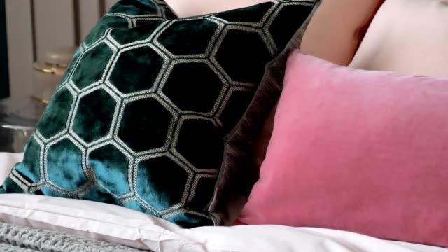 vídeos y material grabado en eventos de stock de mirada más cercana de las almohadas negras y rosas - almohada