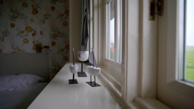 窓の近くのボート装飾の吟味 ビデオ