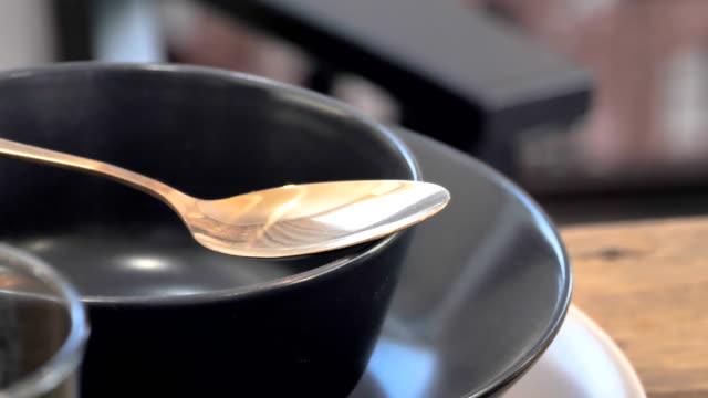 näheres betrachten des goldlöffels auf der schwarzen schüssel - essgeschirr stock-videos und b-roll-filmmaterial