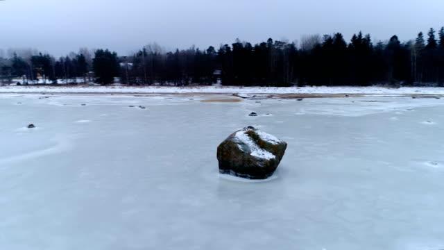 blick von den felsen in der mitte das gefrorene meer - kiefernwäldchen stock-videos und b-roll-filmmaterial
