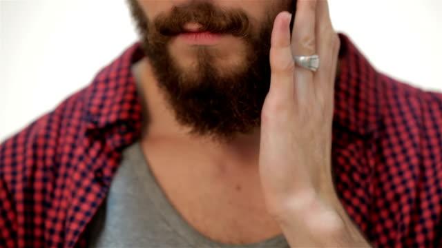 närmare porträtt av man röra hans perfekt skägg - skägg bildbanksvideor och videomaterial från bakom kulisserna