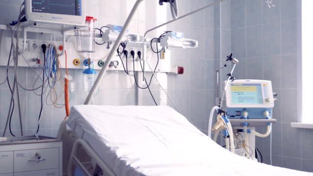 nahaufnahme eines teils einer krankenstation, wo das bett und andere geräte befinden - krankenstation stock-videos und b-roll-filmmaterial