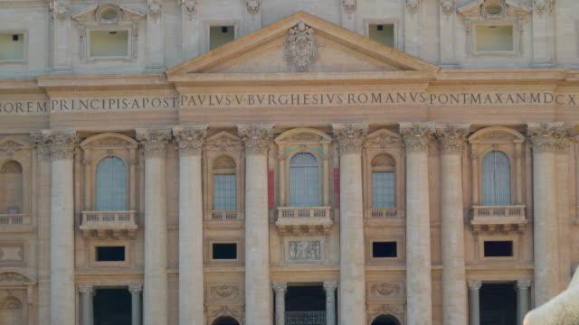 närmare bild av den basilica of saint peter i vatikanen rom italien - påve bildbanksvideor och videomaterial från bakom kulisserna