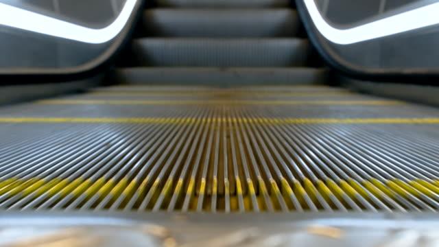 vídeos de stock, filmes e b-roll de movimento do close-up 4k da escadaria vazia movente da escada rolante que funciona acima - escada rolante