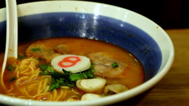 närbild en skål med japanska ramen noodle med vattenånga fläsk inuti. från botten till toppen. - misosås bildbanksvideor och videomaterial från bakom kulisserna