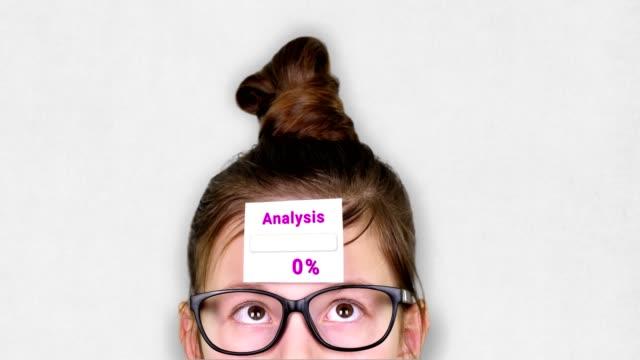 vídeos de stock, filmes e b-roll de close-up, um rosto adolescente inteligente, uma criança de óculos, com um adesivo na testa. uma animação do processo de análise ocorre no adesivo - validação