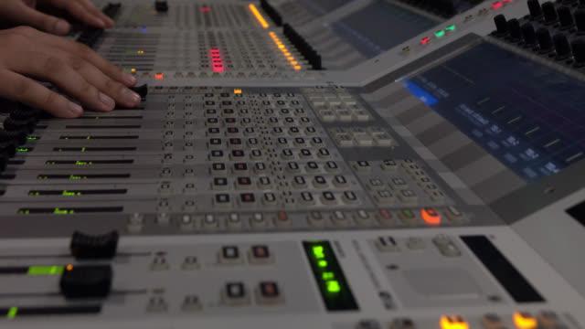 クローズ アップ サウンド コントロール デスク。オーディオ エンジニアは、記録装置は、コンサート ホールでの夜のショーの間に彼の楽器を運営してください。 - 編集者点の映像素材/bロール