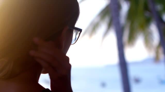 närbild tillbaka solnedgången ljus gör flicka huvud silhuett - människorygg bildbanksvideor och videomaterial från bakom kulisserna