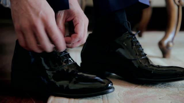 クローズアップブラックシューズのドレッシング - 結婚式点の映像素材/bロール