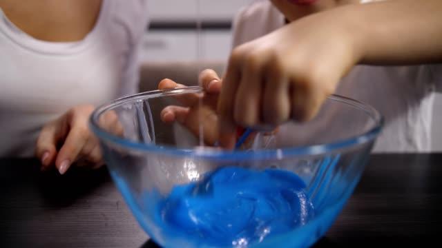 closeup junge hand mischt blaue masse für schleim - vollzeit elternteil stock-videos und b-roll-filmmaterial
