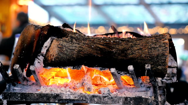 vídeos de stock e filmes b-roll de close-up burning firewood in the fireplace in a cozy restaurant - burned oven