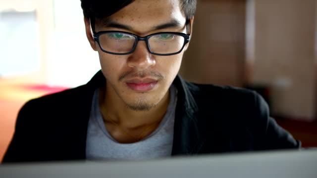 ビジネスの男性のクローズアップで働くコンピューター、4 k (uhd - 勉強する点の映像素材/bロール
