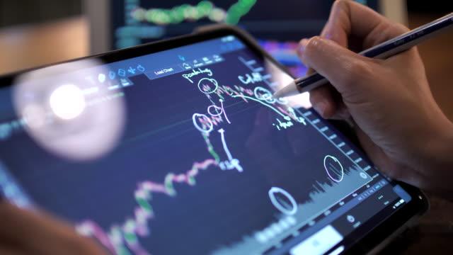 close-up businesswoman mit digital tablet für börsendaten analyse im handel - börsenhandel finanzberuf stock-videos und b-roll-filmmaterial