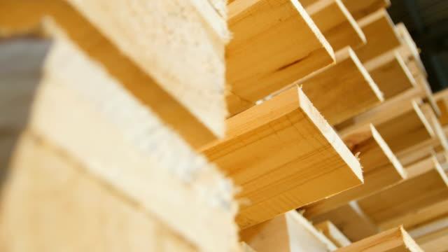 vidéos et rushes de la caméra de plan rapproché se déplace au-delà de la nouvelle pile de palettes en bois - en bois