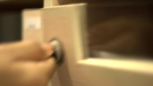 närbild kontroll postlåda - kuvert bildbanksvideor och videomaterial från bakom kulisserna