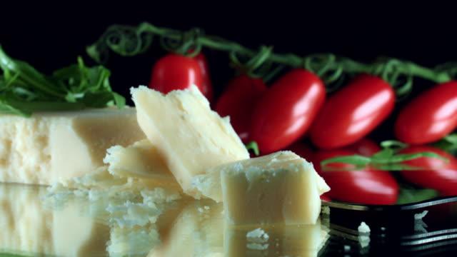 vídeos y material grabado en eventos de stock de close-up de 4k queso parmesano con tomates cherry - gastronomía fina