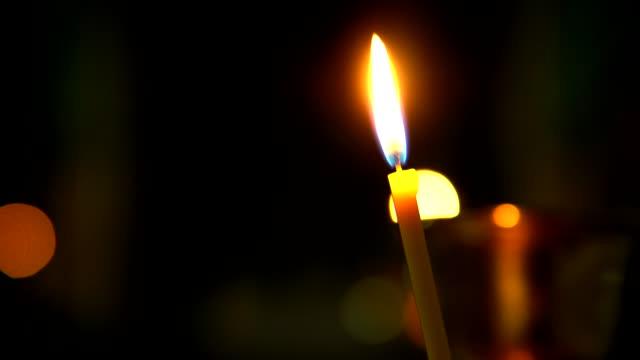 karanlıkta yanan closeup kilise mum - katedral stok videoları ve detay görüntü çekimi