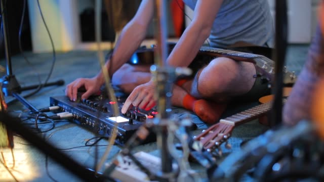 vidéos et rushes de le compositeur de plan rapproché écoute le mélangeur tout en jouant des musiciens - synthétiseur