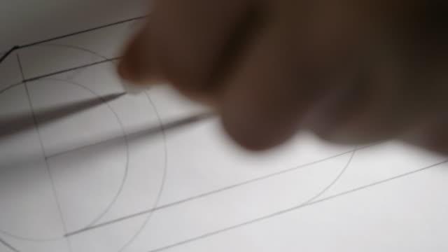vídeos y material grabado en eventos de stock de constructor de primer plano dibuja círculo con brújula en el papel blanco - croquis