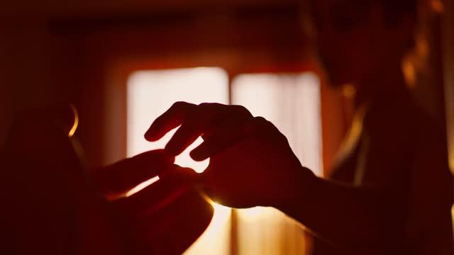 pov primo piano coppia amanti mani che si toccano le dita - coppia eterosessuale video stock e b–roll