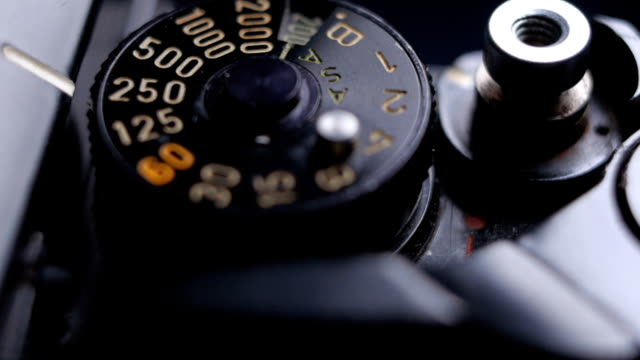 close-up details of an old vintage slr film camera and shutter release button - messa a fuoco differenziale video stock e b–roll