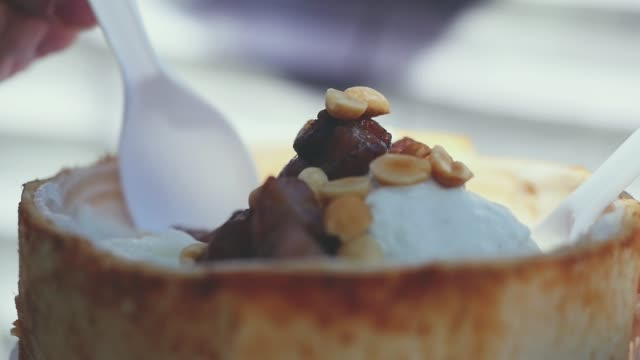 vídeos de stock, filmes e b-roll de close-up comendo fruta sorvete com feijão de coco. câmera lenta. 1920 x 1080 - gelato