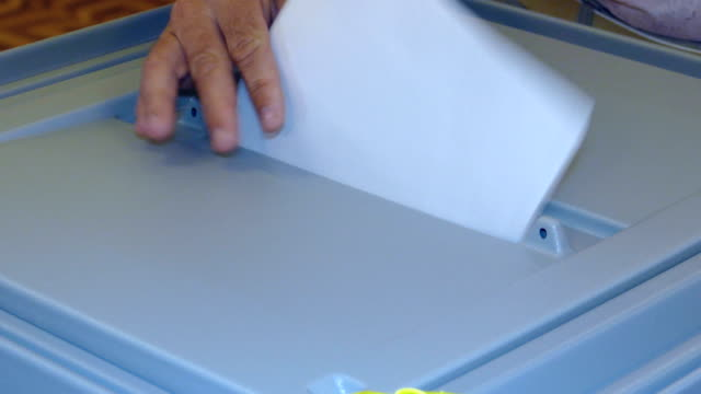 クローズ アップ-投票箱の投票で選ばれた投票 - 選挙点の映像素材/bロール